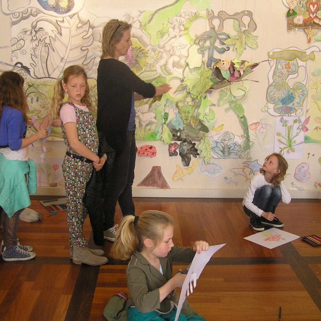 a.-Annefie-van-Itterzon-geeft-kunstkijkles-n.a.v.-De-Scheping